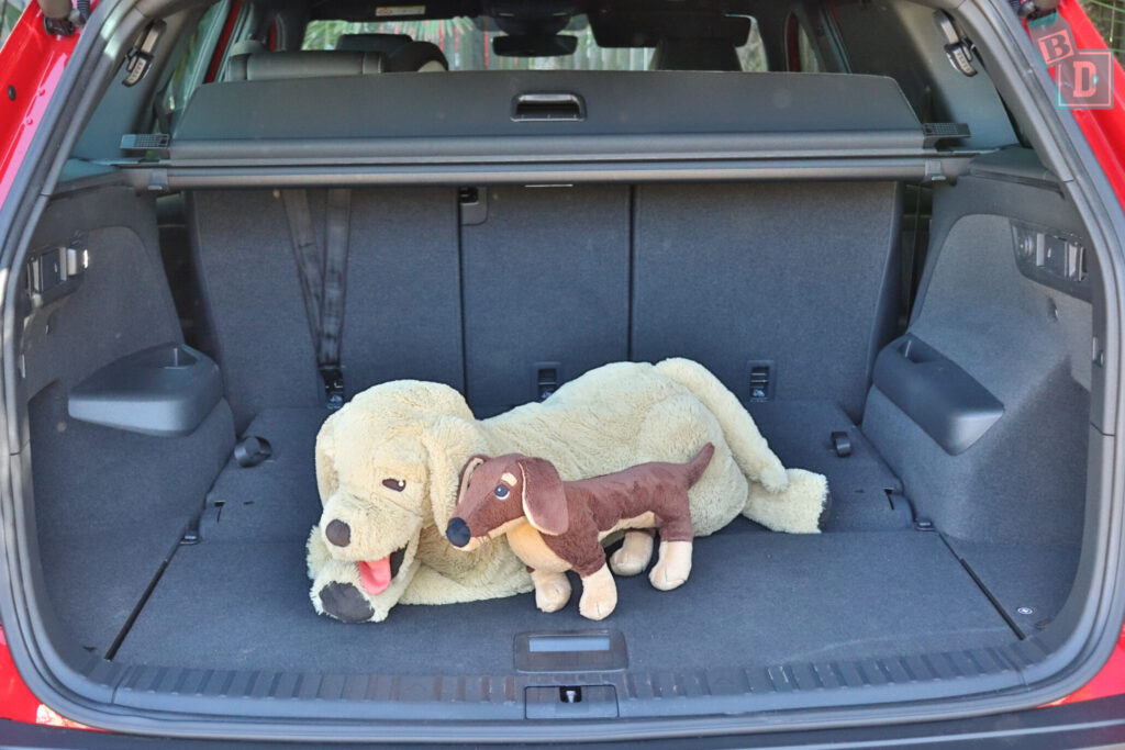 Skoda Kodiaq Sportline 2020 boot space with dogs and two rows of seats in use