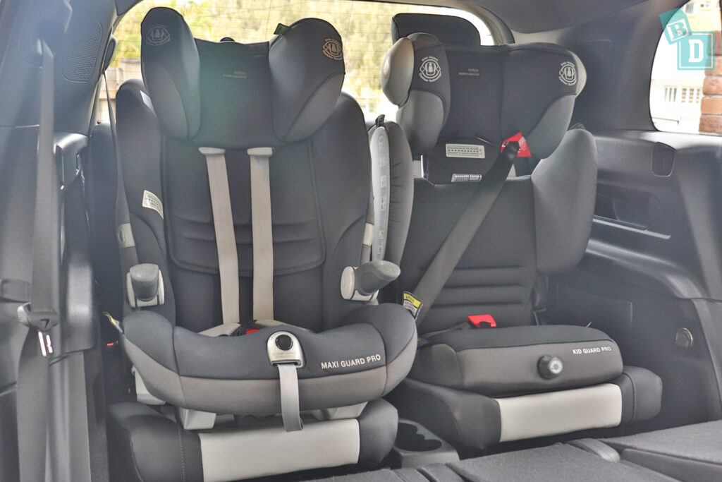 Mercedes-Benz GLB 2020 with two child seats installed in the third row