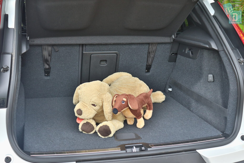 2021 VOLVO XC40 PHEV boot space for dogs with two rows of seats in use