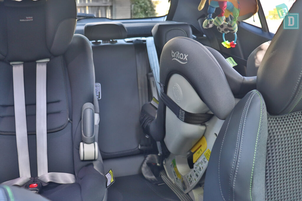 2021 Peugeot 2008 space between two child seats installed in the second row
